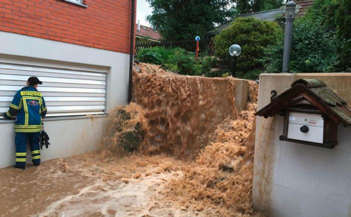 Oberfl ächenabfl uss sorgt für Schaden an Gebäude. (Quelle: Mobiliar Lab für Naturrisiken, Christophe Lienert)