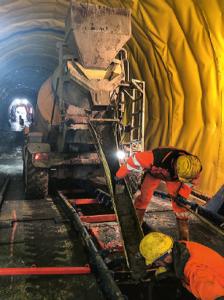 Betonieren der Tunnelsohle. Für den Transport des Betons wird ein DIECI Fahrmischer eingesetzt.