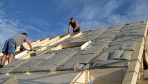 Dank den Schafwoll-Dämmplatten können sowohl Dächer als auch Kellerdecken einfach und praktisch isoliert werden.