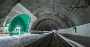 Herzstück der Ersatznetzversorgung im Ceneri-Basistunnel (Bild) ist die Master-Slave-Schaltung. Unterbruchslos schaltet sie sich beim Ausfall einer der vier No-Break Anlagen ein und aktiviert mindestens zwei der übrigen Anlagen. (Bildquelle: © AlpTransit Gotthard AG)
