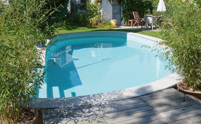 Schwimmbad aus den 50er-Jahren ausgestattet mit modernster solarbetriebenen chemikalienfreier Aufbereitungsanlage AquaVitae+ von PoolBoy ®.